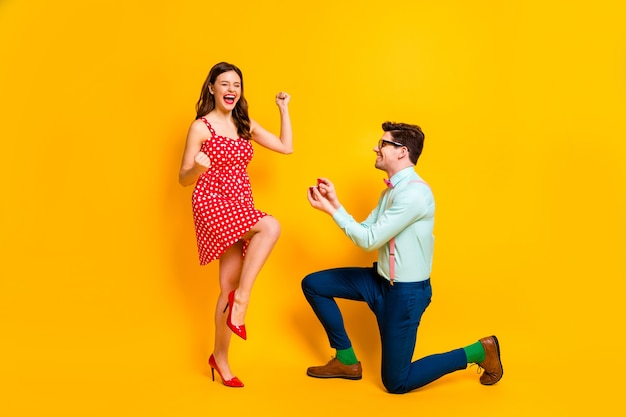Два человека компьютерщика предлагают подарить кольцо сумасшедшей довольной женщине