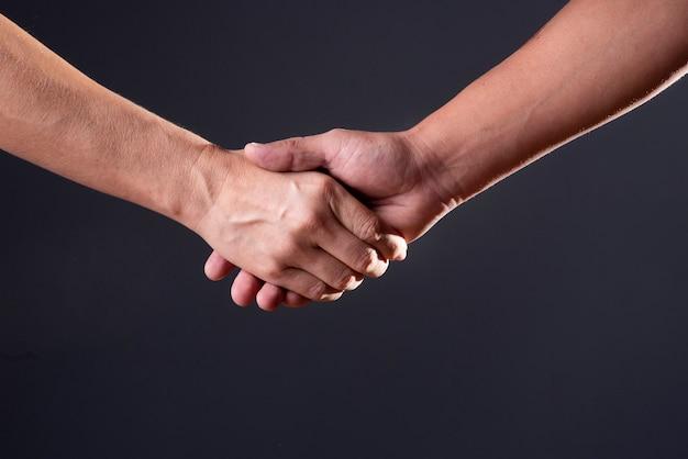 黒い背景に二人握手