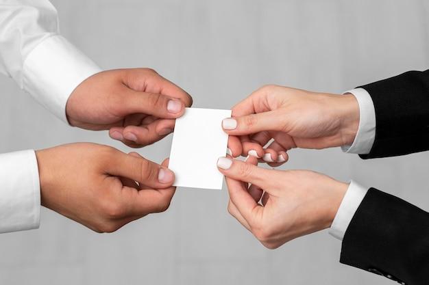 Два человека держат копию визитной карточки пространства