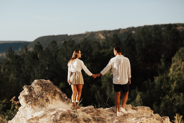 소나무 숲과 배경에 산 바위 산에 산책하는 두 사람
