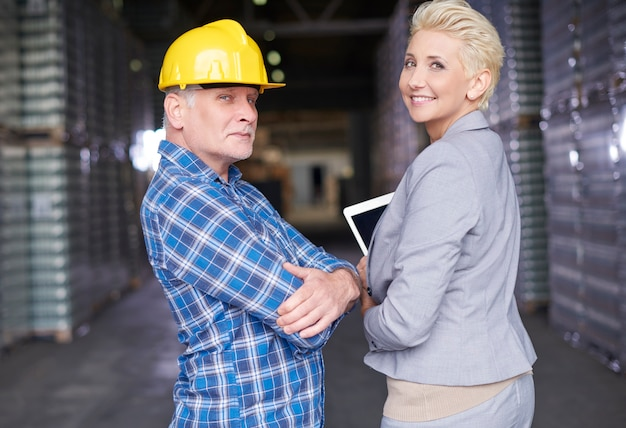 倉庫で働く二人