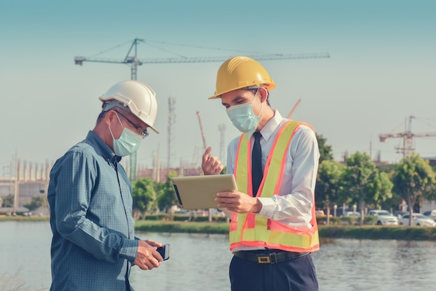 現場建設に携わっている二人そして建築プロジェクトについて話している