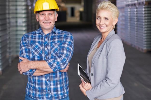 Due persone che lavorano in magazzino