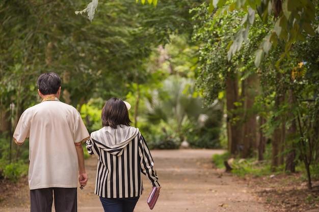두 사람이 농장에서 산책