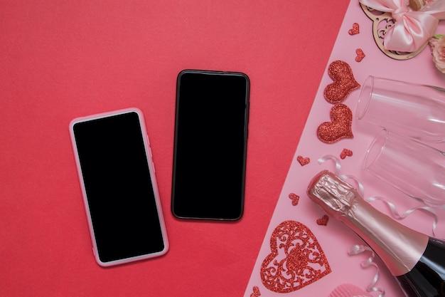 두 대의 휴대 전화가 조롱-그와 그녀-온라인 발렌타인 데이 온라인 데이트