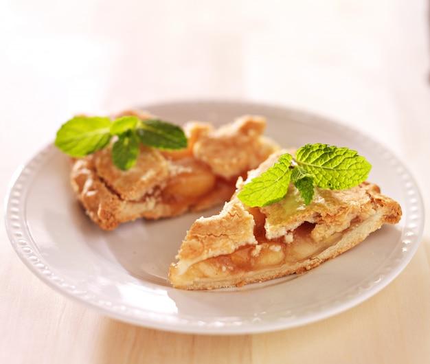 Два кусочка яблочного пирога с мятным гарниром