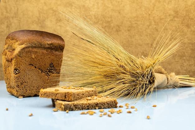 ライ麦パン2枚と小麦の束