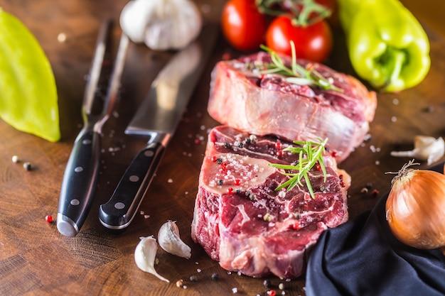 굴라쉬 양파 고추 토마토 마늘과 소금에 생소 정강이 두 조각과 기본 재료