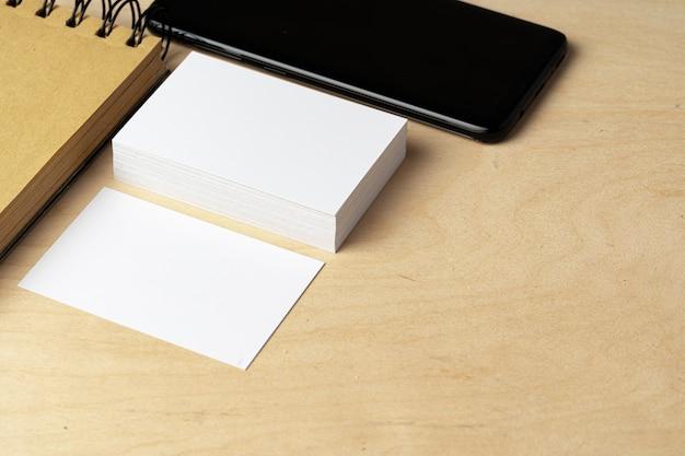 テーブルの上の空白の名刺の2つの山