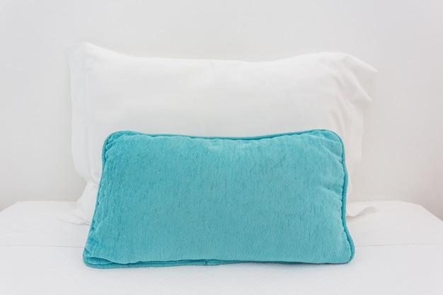 ベッドの上の2つの枕。寝るため。