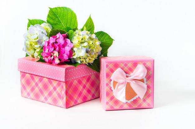 あじさいの花が付いた2つのピンクのギフトボックス。白い背景で隔離