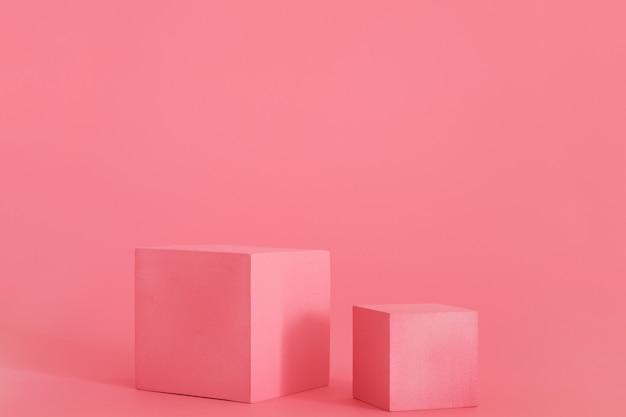 분홍색 배경에 두 개의 분홍색 연단입니다. 제품 연단, 화장품 프레젠테이션. 창의적인 모의. 미용 제품을 위한 받침대 또는 플랫폼.