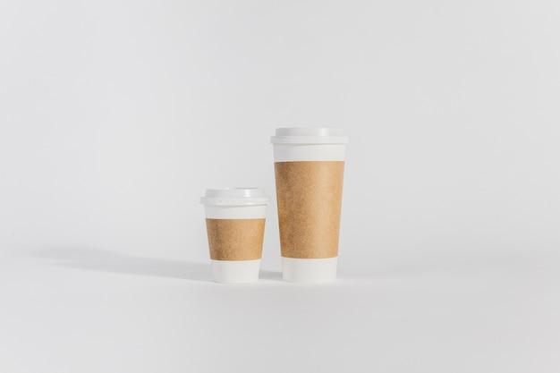 サイズの異なる2つのプラスチックカップ