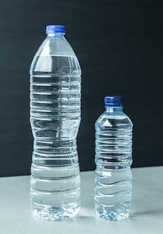 2つのプラスチック製の水ボトル黒背景