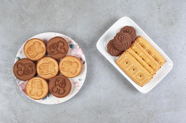 大理石の背景に自家製クッキーの2つのプレート。高品質の写真