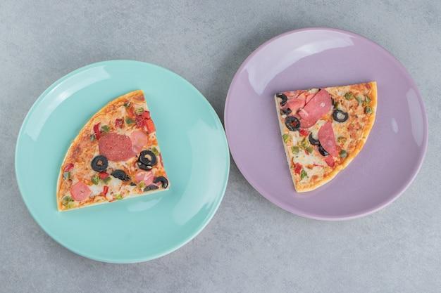 대리석에 피자 조각과 함께 두 개의 플래터