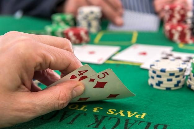 포커 칩 및 카드 또는 카지노에서 블랙 잭을 재생하는 두 명의 플레이어. 도박 개념
