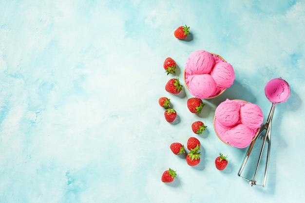 ミント色の背景と紙スプーンでレモンアイスクリームの2つの部分と充填を待っている金属スプーン