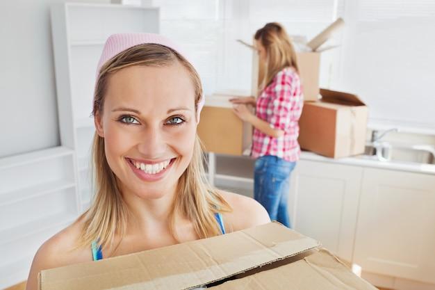 自宅に箱を持っている2人の陽性女性