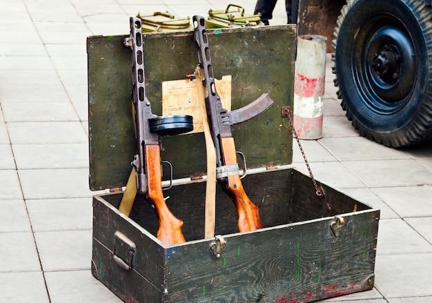 ディスクとボックスマガジンを備えた2つのppsh、弾薬の下からのボックス