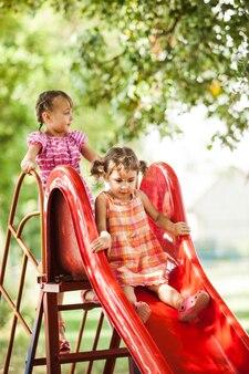 놀이터에서 슬라이드에 두 미취학 아동