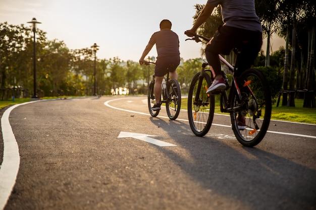 Два пресона едут на велосипеде по бездорожью