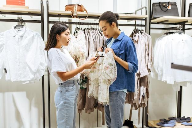 衣料品店で洋服を選ぶ2人の可愛い女の子
