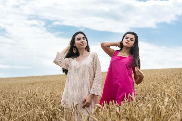 2人のかわいい妹が麦畑で自由を楽しむ夏の日