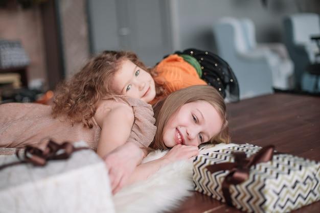 두 예쁜 자매는 아늑한 거실에서 재미