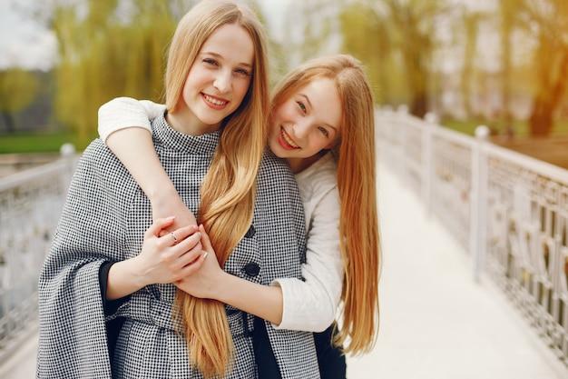 公園にいる2人の姉妹