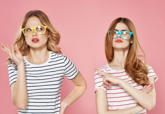 サングラスストライプtシャツの2人のきれいな女性夏の友達がチャット