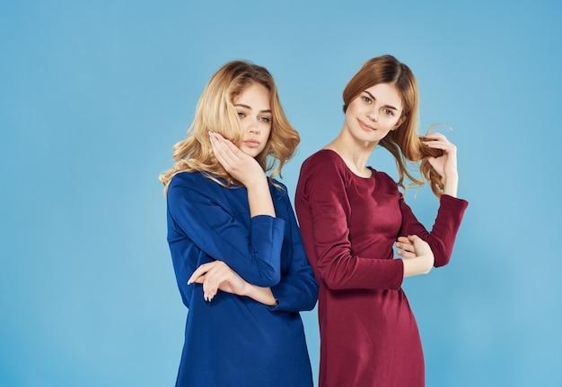 ファッションの魅力的な装飾をポーズする2人のきれいな女性