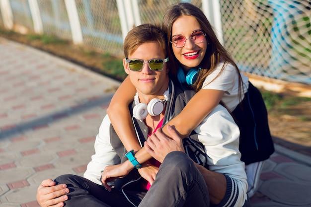 スタイリッシュなカジュアルな服装で屋外ポーズ2つのかなり若い現代のティーンエイジャー