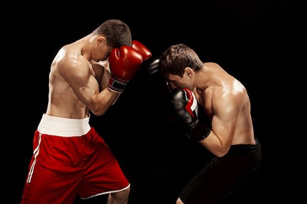 Due pugili professionisti boxe sulla parete nera