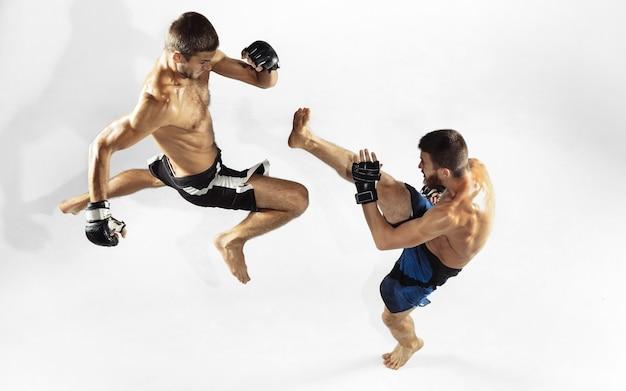 Бокс двух профессиональных бойцов мма, изолированные на белой студии.