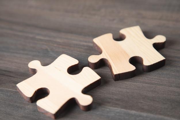 나무 테이블에 두 개의 퍼즐 조각