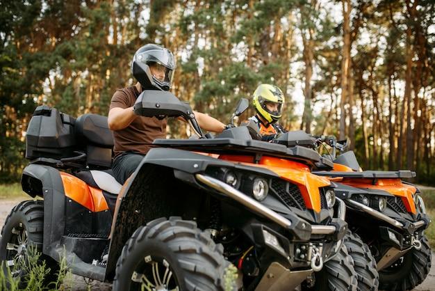 ヘルメットのクローズアップ、側面図の2つのクワッドバイクライダー