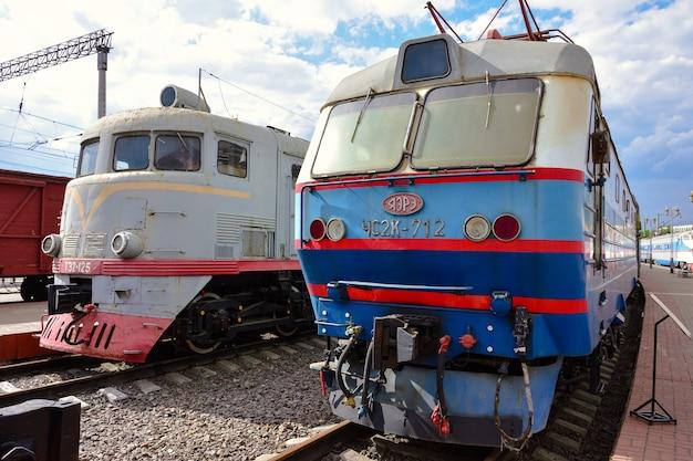 리가 역의 박물관에 있는 두 대의 희귀 열차