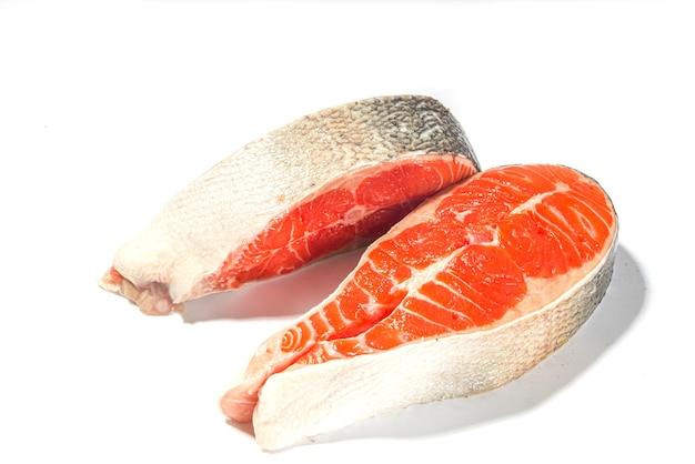2つの生の大きなサーモントラウトステーキ、白い背景で隔離された調理の準備ができている新鮮な生の魚のスライス