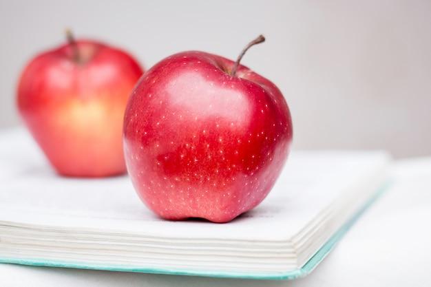 本の2つの赤いリンゴ