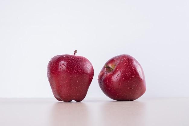 흰색에 두 개의 빨간 사과입니다.