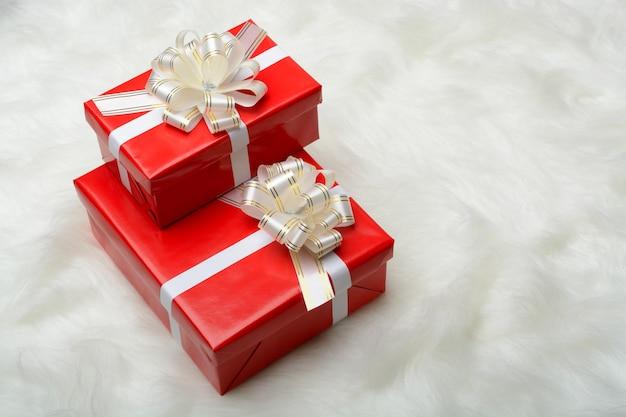 선물을 가진 두 개의 빨간 상자