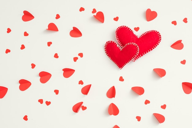 사랑 패턴 화이트에 두 개의 빨간색 수 제 느낌 된 마음.