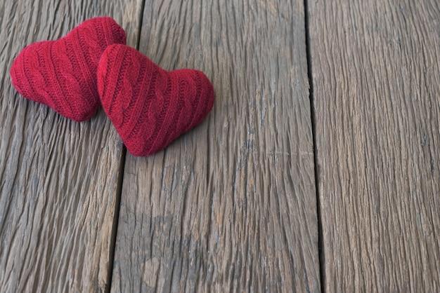Wooodenテーブル上に2つの赤い心