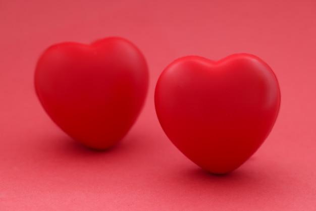 2つの赤いハート。男性と女性の概念の関係