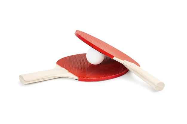 두 개의 빨간색 탁구 패들과 흰색에 흰색 공