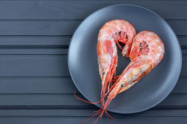 발렌타인 데이 검은 접시에 심장 모양의 두 빨간 새우