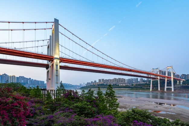 中国・重慶の長江にある2つの赤い吊り橋