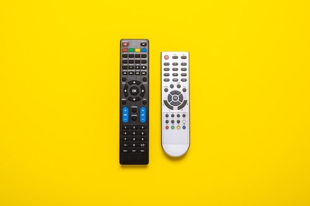 テレビからの2つのリモコン、黄色のtvチューナー