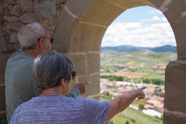 자연 속에서 휴가를 즐기는 은퇴한 두 노인